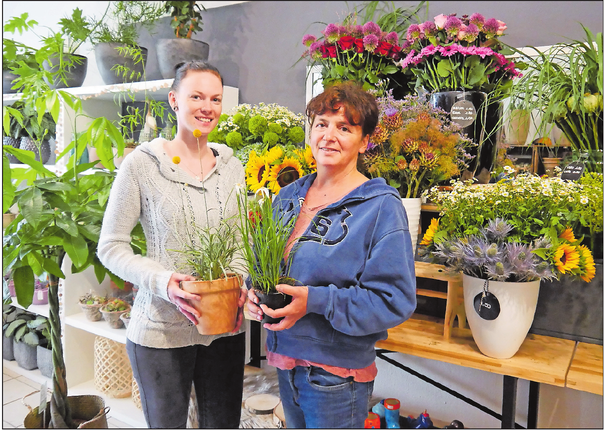 Dekorieren gerne mit Naturmaterialien: Floristinnen Jana Britius und Cornelia Riehl. FOTO: BRÄUNLING