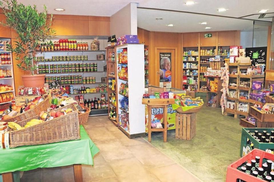 Das Angebot ist enorm: Es gibt frisches Obst, schmackhaftes Gemüse, Getränke und Spirituosen, Konserven und ebenfalls gekühlte und tiefgekühlte Lebensmittel, wie Käse, Milch, Butter und Joghurt.