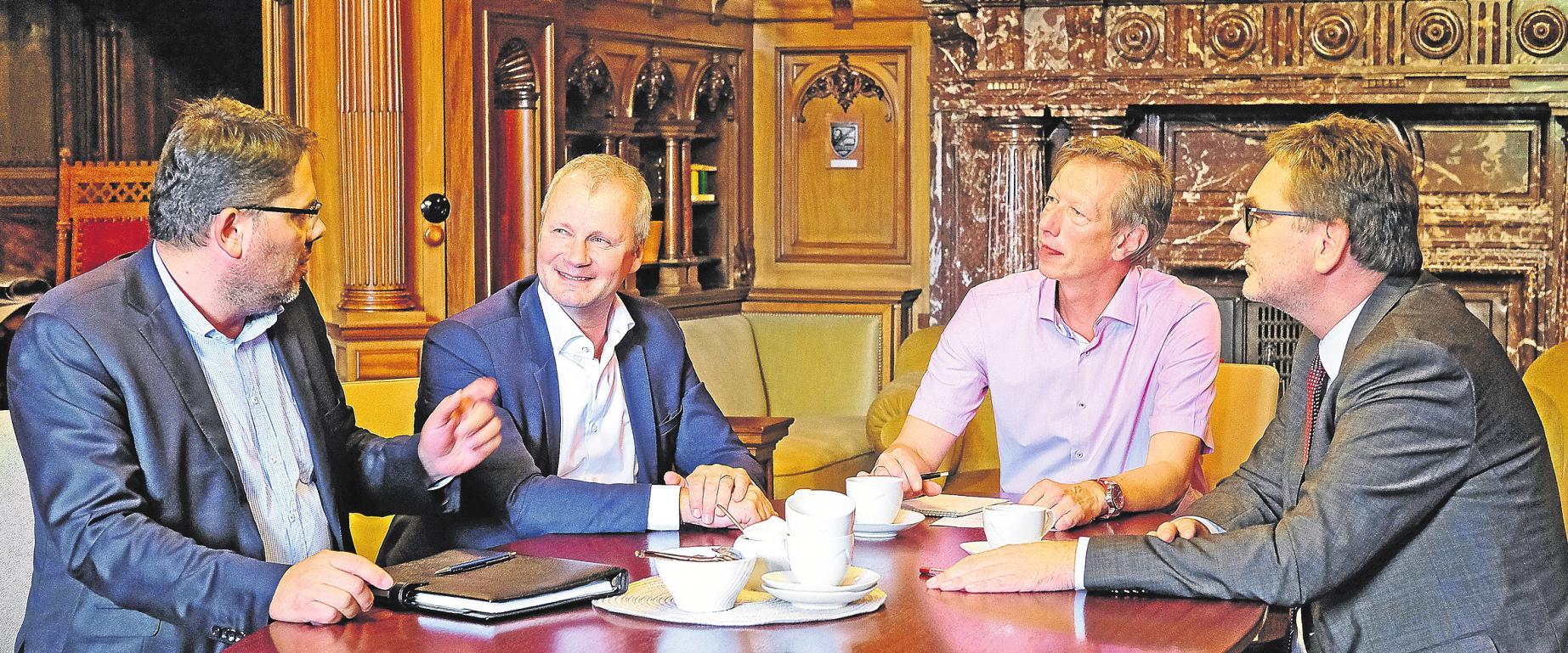 Im Bürgermeisterzimmer des Rathauses Gero Tuttlewski und Thomas Buhck vom WSB diskutieren unter Moderation von Ulf-Peter Busse (Bergedorfer Zeitung) mit Bezirksamtsleiter Arne Dornquast (v. li.) über Bergedorfs wirtschaftliche Zukunft. FOTO: NEFF