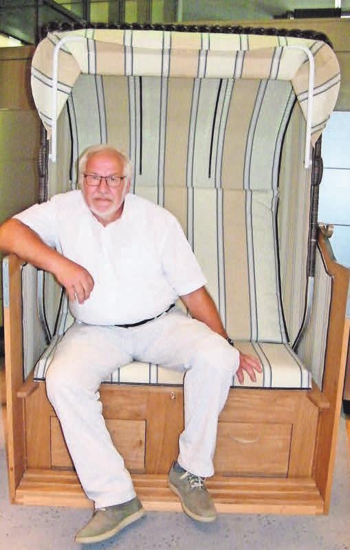 Obermeister Jürgen Wulf sitzt in einem Strandkorb – einem der diesjährigen Gesellenstücke. Foto: bg