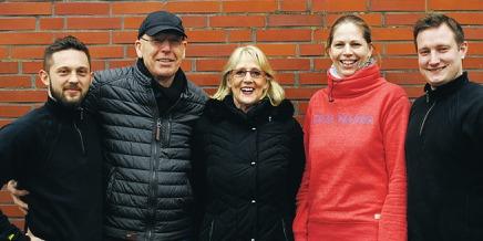 Janusch Falk (l.) und Jan Stuht (r.) sind die neuen Inhaber von Rudolf Bowell Bad und Heizkultur. Der Firmengründer hat sich mit seiner Frau Ingeburg zur Ruhe gesetzt.