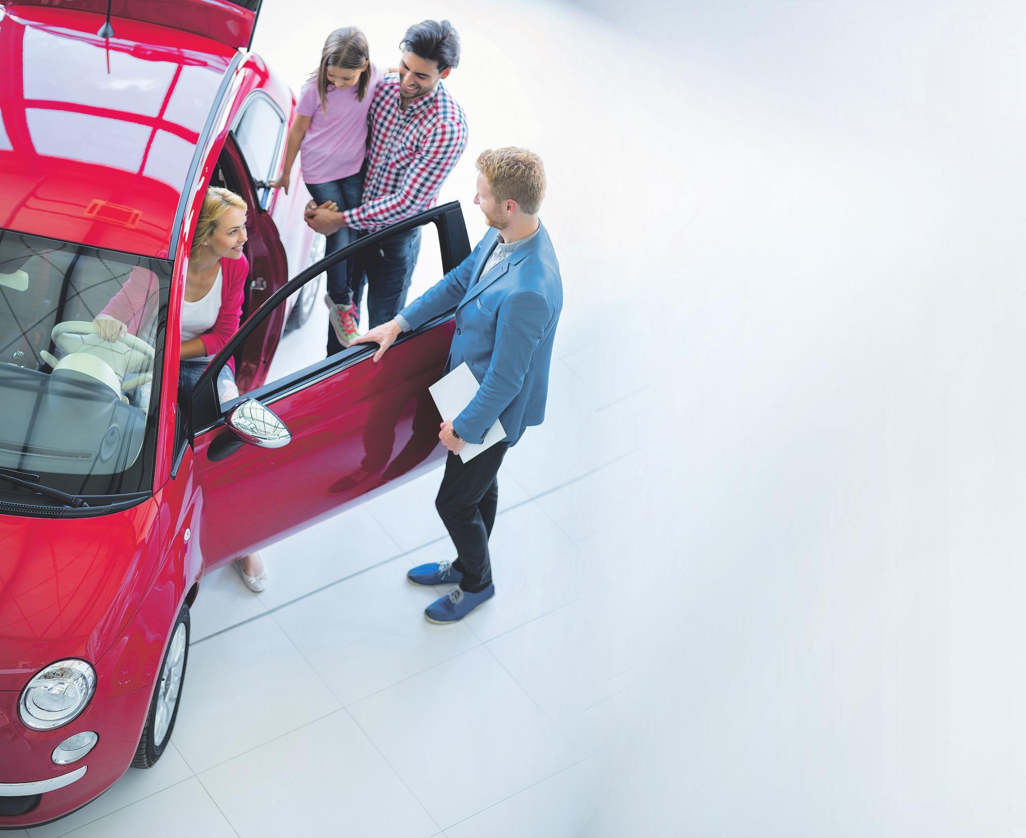 Ob im Verkauf oder in der Werkstatt – die Berufe der Automobilbranche sind sehr vielfältig.Foto: luckybusiness/stock.adobe.com