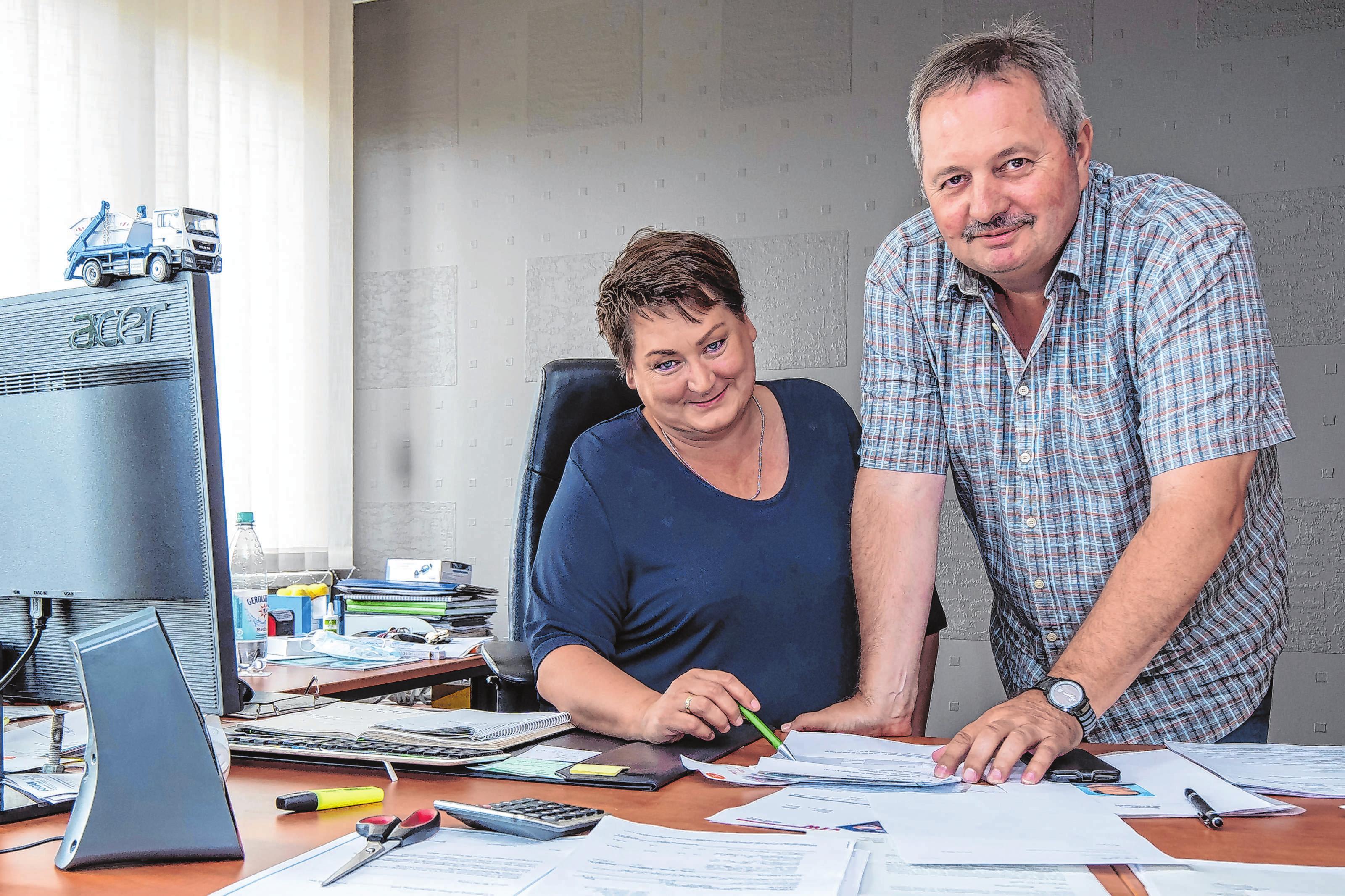 Ein Team beruflich wie privat: Ariane und Michael Jordan vom gleichnamigen Containerdienst meistern im Alltag mit einem Lächeln jede Herausforderung.
