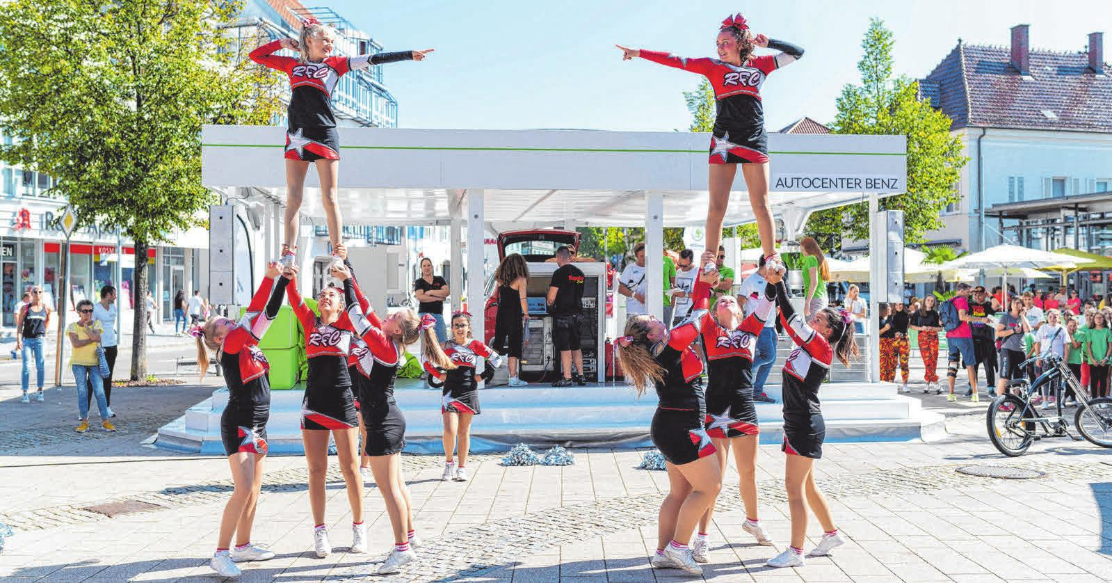 Cheerleader präsentieren fetzige Einlagen. FOTO: LAUPHEIM FOTOSTUDIO