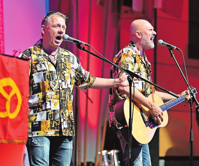 Damals noch voll ausgebucht: die Dubbeglasbrieder Olli Hermann (links) und Willi Brausch bei der Herrensitzung im Februar 2020 in der Stadthalle Speyer. ARCHIVFOTO: LENZ