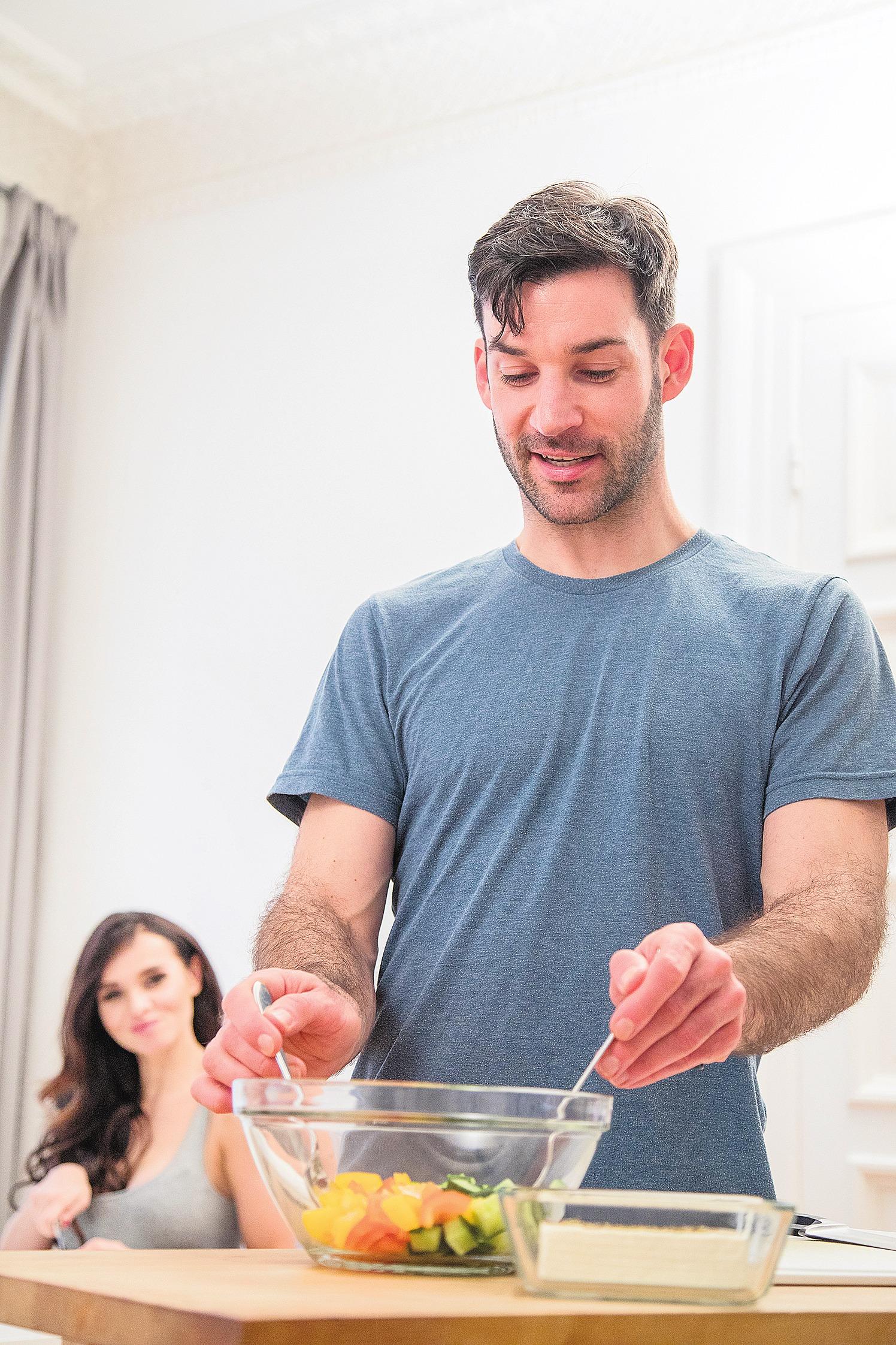 Essen und Trinken sollte man bewusst als etwas Schönes wahrnehmen. Das fängt schon beim gemeinsamen Zubereiten und Kochen an. FOTO: DPA