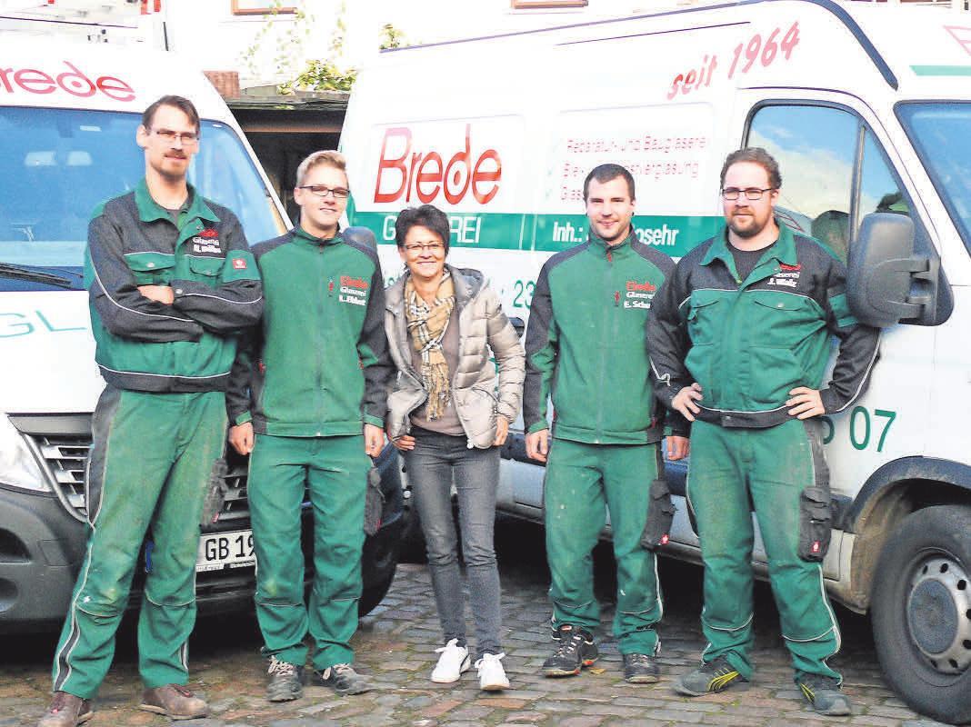 Experten in Sachen Verglasung: Das Team von Glaserei Brede um die Inhaber Katrin Rosehr (Mitte) und Hendrik Böbs (li.). Foto: Carola Pieper