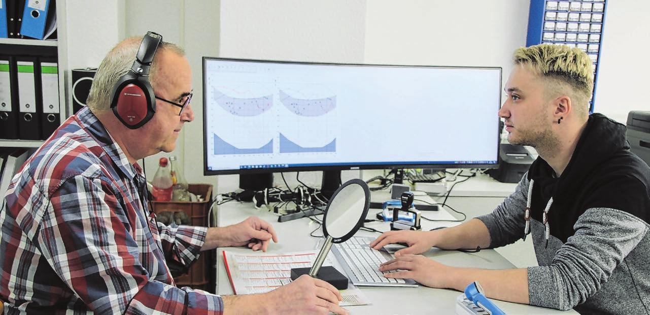 Daniel Rauscher (rechts) ist Hörakustikmeister und auf dem neuesten Stand der Technik und des Wissens.