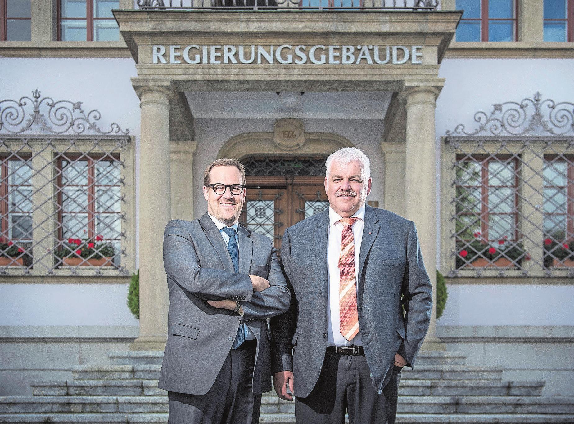 Wollen in den Ständerat: Die beiden Schwyzer Regierungsräte Kaspar Michel (FDP, links) und Othmar Reichmuth (CVP) vor dem Regierungsgebäude. Bild: Pius Amrein (Schwyz, 3. September 2019)