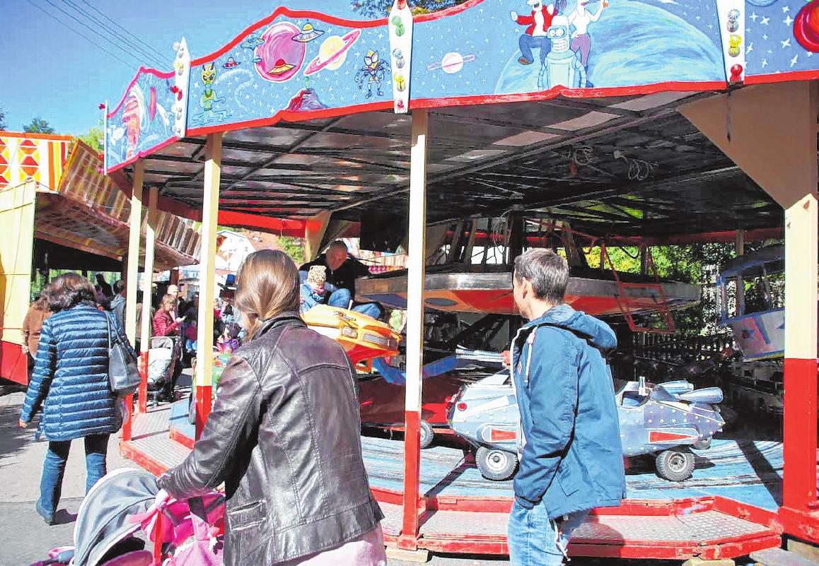 Am Freitag nimmt der Vergnügungspark seinen Betrieb auf und im Festzelt bewirten die örtlichen Vereine ihre Gäste. FOTO: STEFANIE BRANTNER