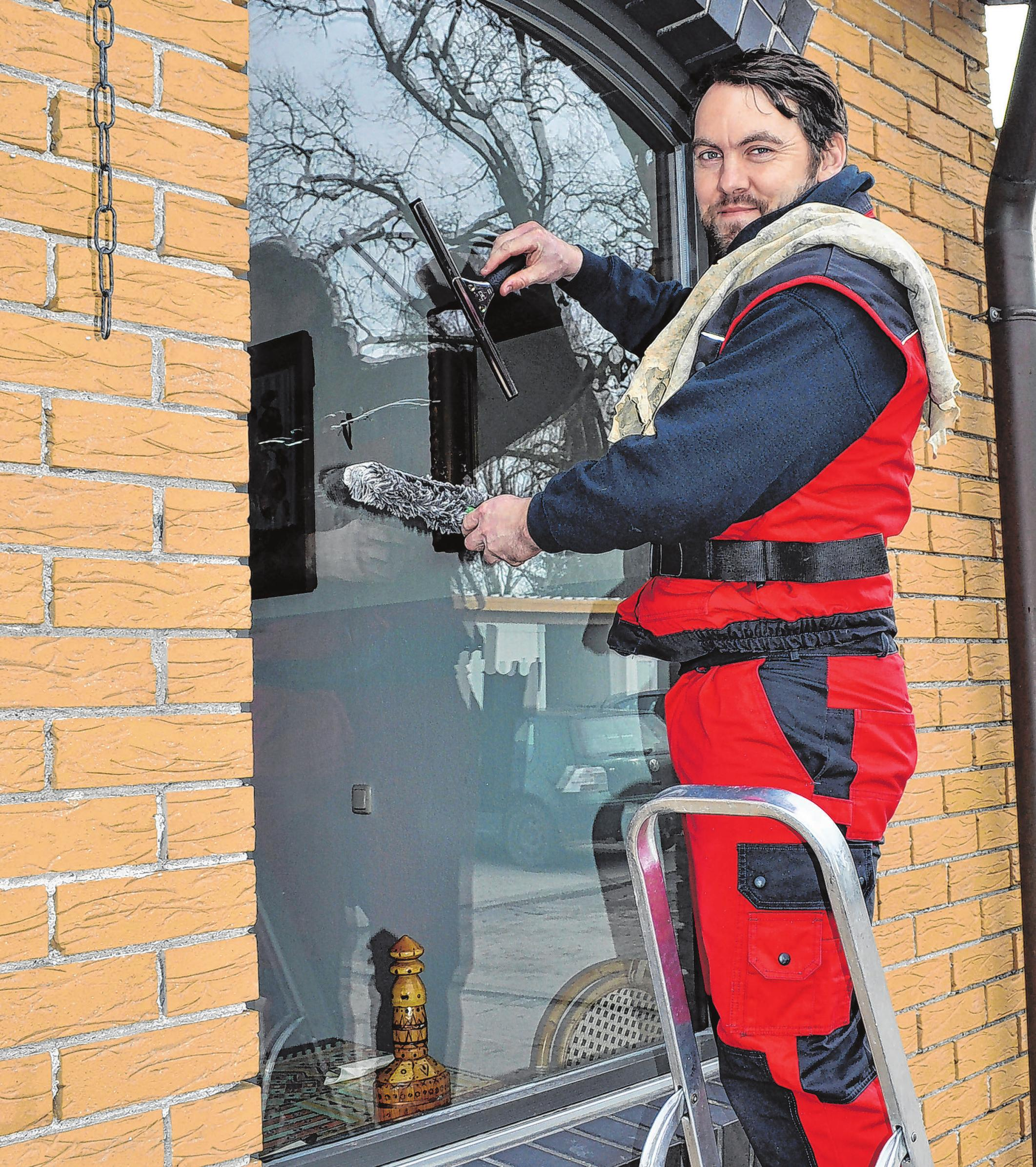 Nicht jeder kann oder will noch zum Putzen auf eine Leiter steigen: Mitarbeiter Matthias Poplien bringt Fenster auf Hochglanz. Foto: Cornelia Mikat
