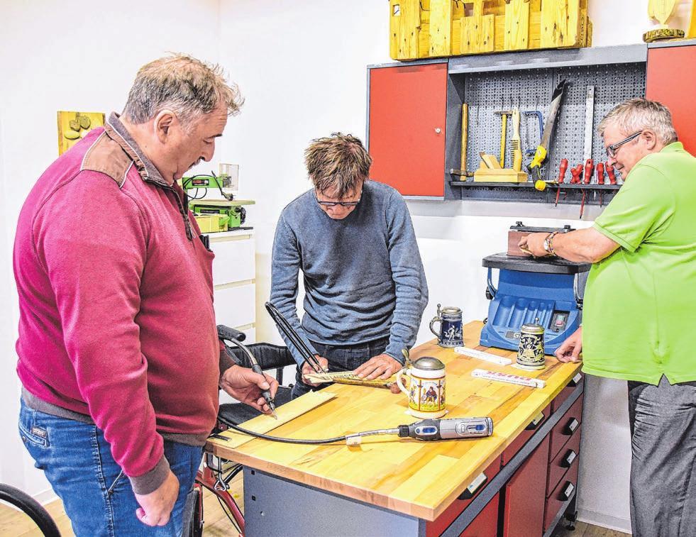 In einer kleinen Werkstatt wird das handwerkliche Geschick trainiert.