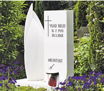 Grabstätte des Architekten Vlad Belei mit einem Stein in Form seines Entwurfes für ein Hochhaus in Dubai.