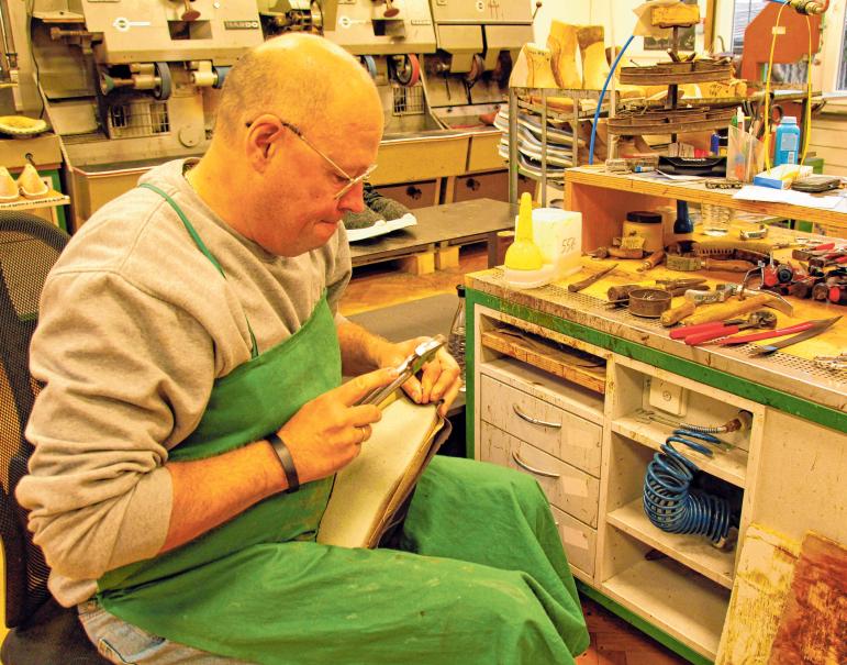 In der betriebseigenen Werkstatt in der Stuttgarter Straße 27 fertigt der Inhaber orthopädische Schuhe und Einlagen nach Maß.