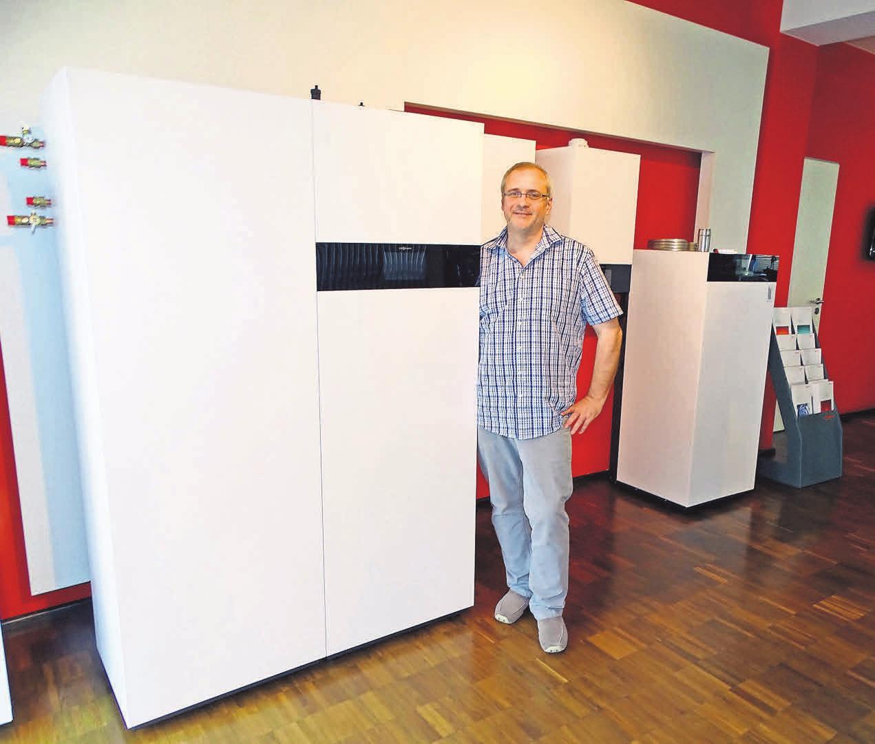 Spezialist Roland Woller freut sich über die neuen Geräte der Firma Viessmann.