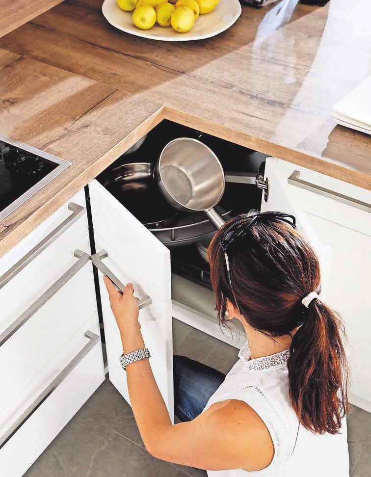 Viel Stauraum: Eckschränke mit Drehkarussell oder Ablageböden, die einzeln herausschwingen können, bieten sich an, wenn nicht viel Platz vorhanden ist. Fotos: djd/KüchenTreff GmbH & Co. KG (2)