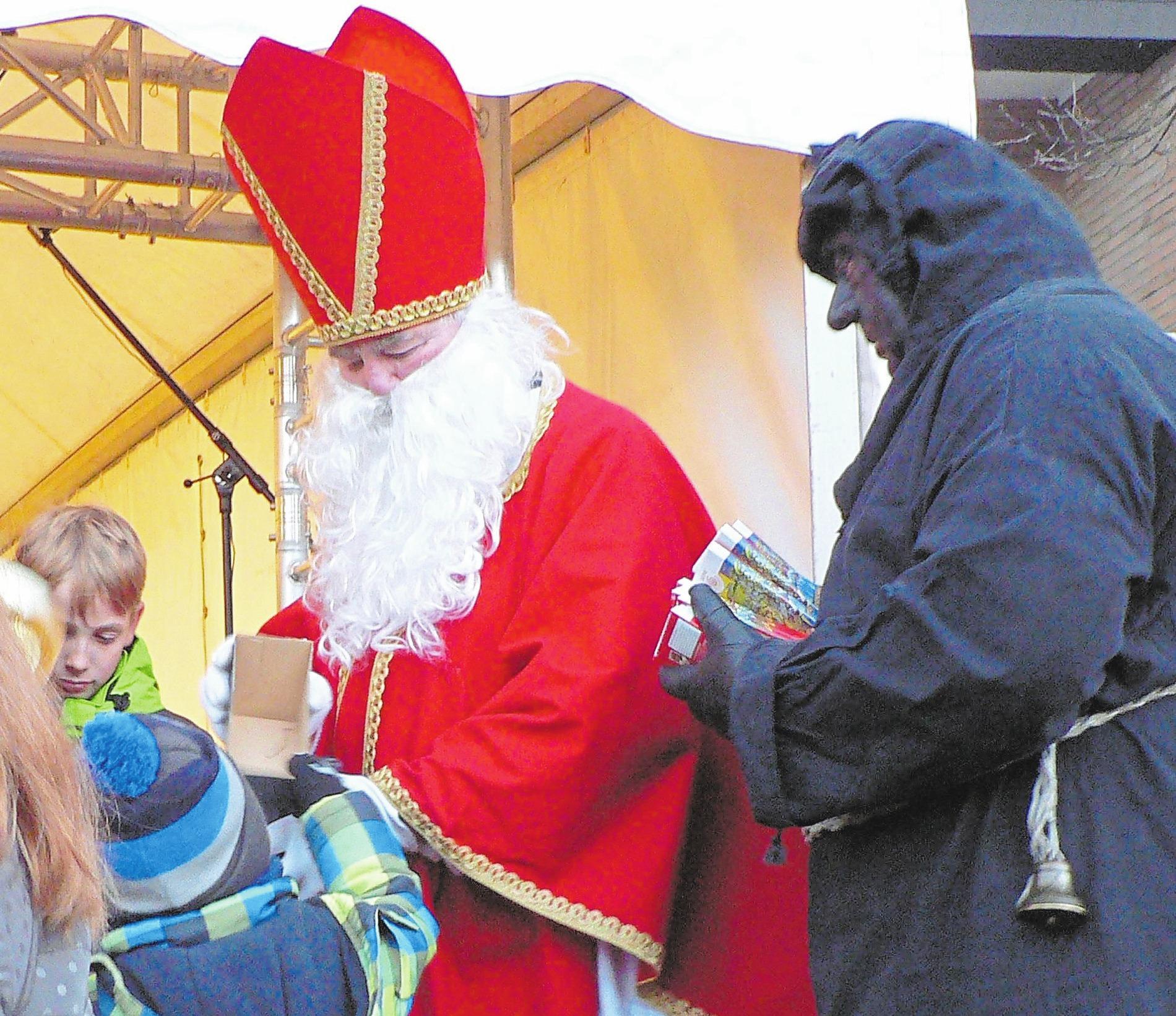 Der Nikolaus kommt mit Knecht Ruprecht zum Weihnachtsmarkt nach Nordwalde.Foto: Weihnachtsmarkt Nordwalde