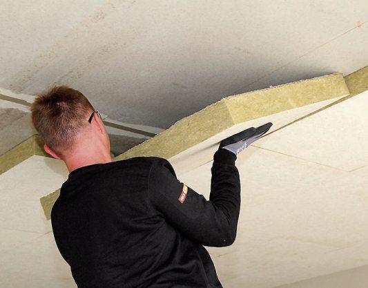 Warme Füße inklusive – eine nachträgliche Kellerdeckendämmung führt zu einer Verbesserung des Wärmeschutzes und des Wohnraumklimas. Bild: Heck Wall Systems