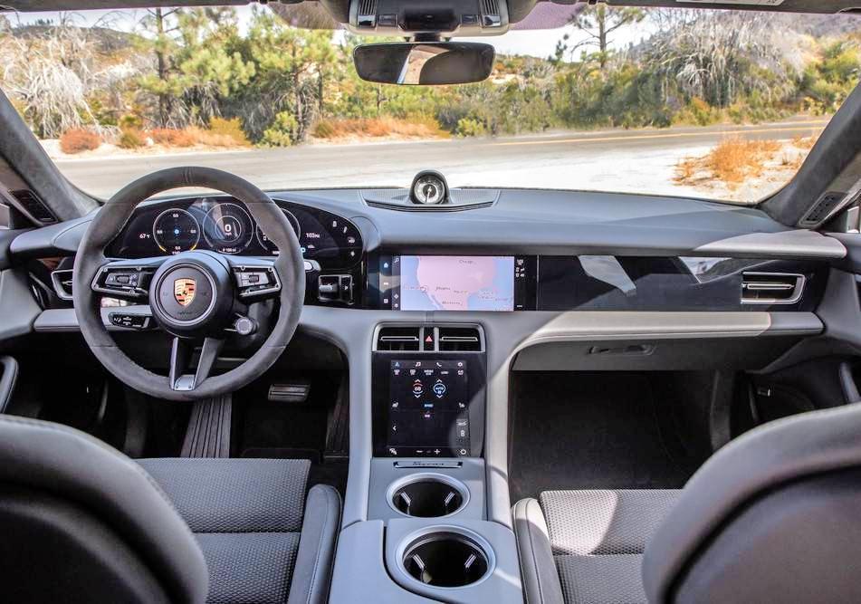 Der Taycan sieht wie ein typischer Porsche aus. Im digitalen Cockpit des Elektro-Sportwagens aus Zuffenhausen gibt es nur noch wenige Knöpfe.