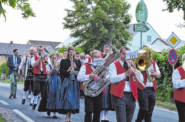 Mit Blasmusik und Ehrengästen wird am Samstag vom Rathaus zum Festzelt gezogen. FOTO: ROBERT NEUBIG