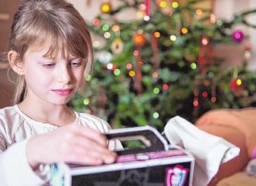 Am besten kommen Geschenke bei Kindern an, die sie mit der Familie zusammen nutzen können. FOTO: SILVIA MARKS, TMN