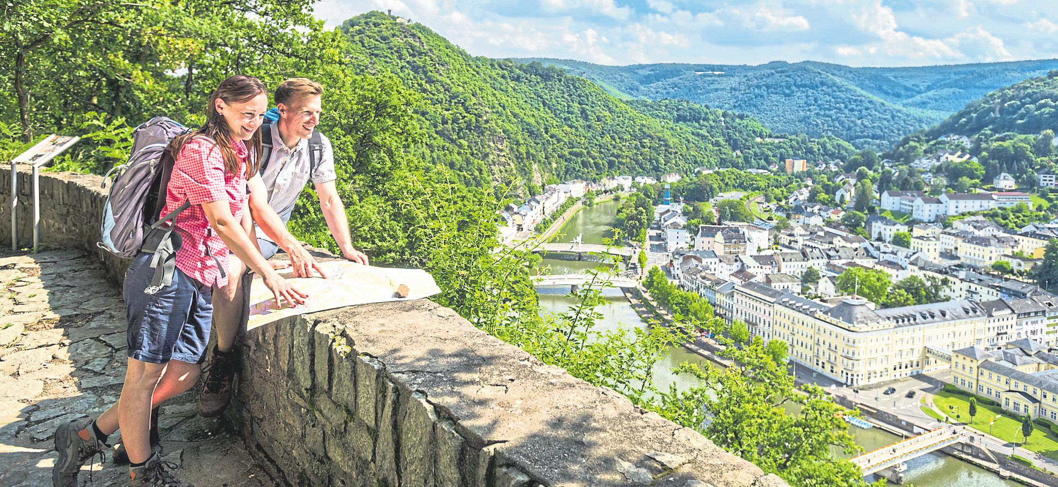 Gut zu Fuß? Dann ist der Premiumwanderweg HöhenLuft zu empfehlen, der auch Ausblicke auf Bad Ems eröffnet. Fotos: Dominik Ketz