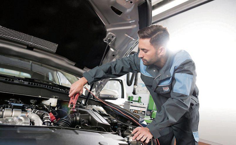 Hat die Batterie genug Power für strenge Frostnächte? Beim Herbst-Winter-Check kontrolliert der Fachmann den Batteriespeicher ebenso wie Bremsen, Licht und Scheibenwischer. Bild: djd/Robert Bosch GmbH