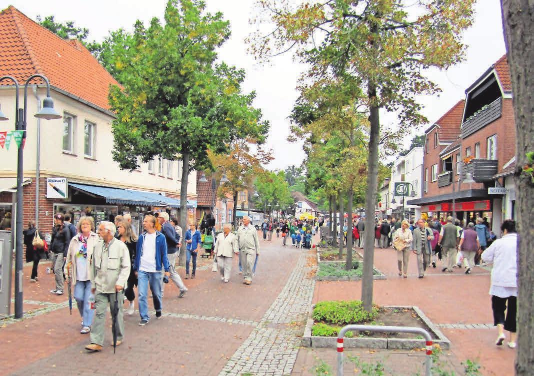 """""""Zeit für Muße: Zum Stadtfest nutzen viele Besucher die Gelegenheit zum Schauen und Entdecken."""" Foto: Witzig"""