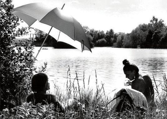 Früher wie heute das pure Vergnügen: ein Bad im Hirschauer Baggersee. Archivbild: Achim Thumm