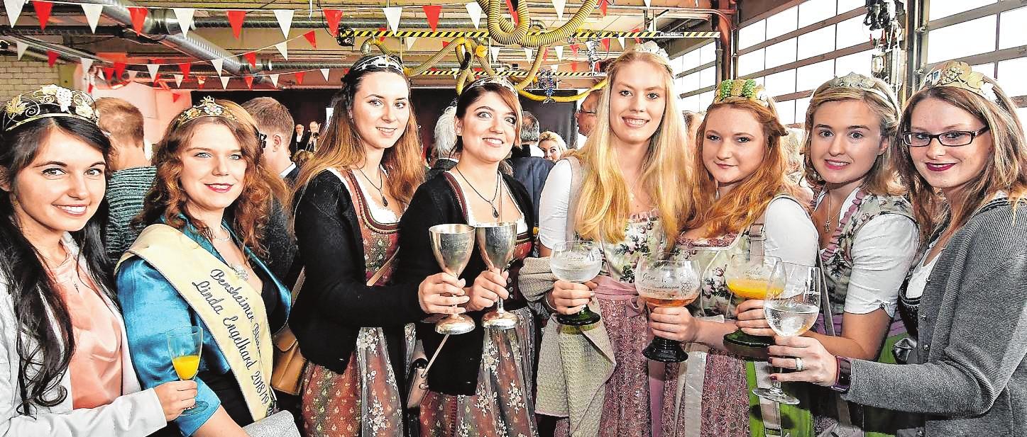 Royaler Besuch: Neben der Bergsträßer Weinkönigin Carolin Hillenbrand und der Bensheimer Blütenkönigin Linda Engelhard (v.l.) waren etliche weitere Hoheiten aus der Region zu Gast.