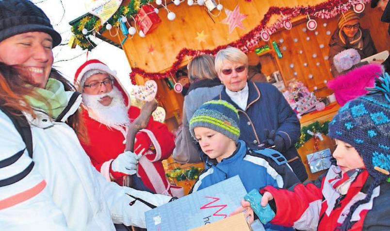 """""""Drauß' vom Walde, da komm' ich her"""". Der bärtige Geselle Nikolaus überrascht auf dem Adventsmarkt wohl in erster Linie die kleinen Besucher. Fotos: Christine Rittweg"""