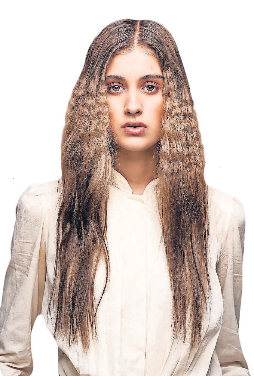 Gekreppte Haare liegen im Trend. Dazu werden einzelne Strähnen oder Haarpartien mit dem Kreppeisen bearbeitet.