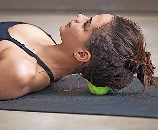 Mit Massagen und Entspannungstechniken kann man Beschwerden lindern. FOTO: DJD/THOMAPYRIN/ ISTOCKPHOTO.COM/FIZKES