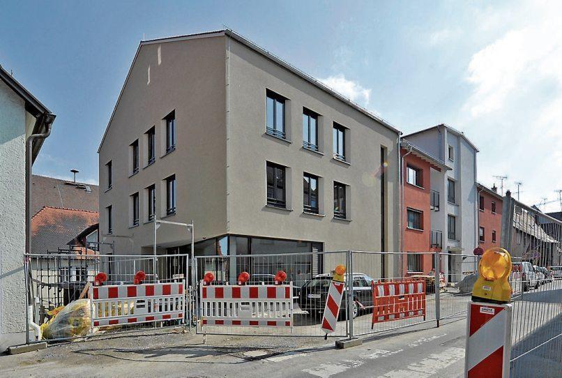 Zwar stehen noch einzelne Bauschilder, aber der Rathausanbau wird am morgigen Samstag offiziell eingeweiht und kann bei einem Tag der offenen Tür besichtigt werden. Bild: Steffen Schlüter/Stadtverwaltung Rottenburg
