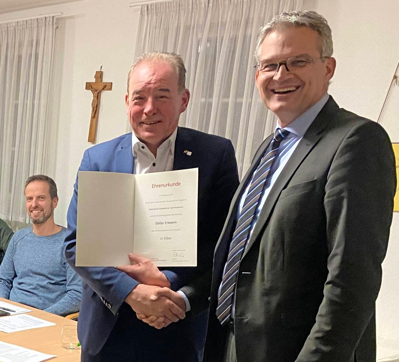 OB Hertwig (r.) überreicht die Auszeichnung an Stefan Erlewein. Foto: privat