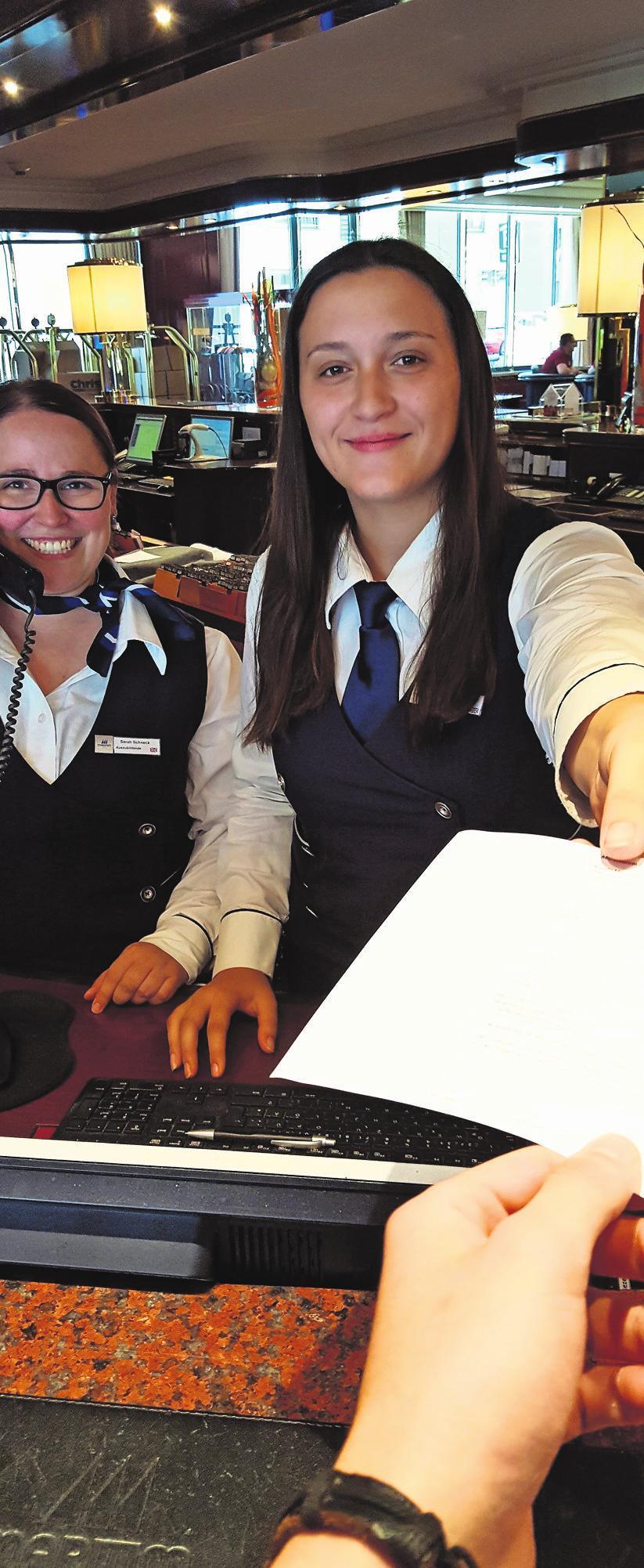 Sarah Schneck und Franziska Peres am Arbeitsplatz Foto: hf