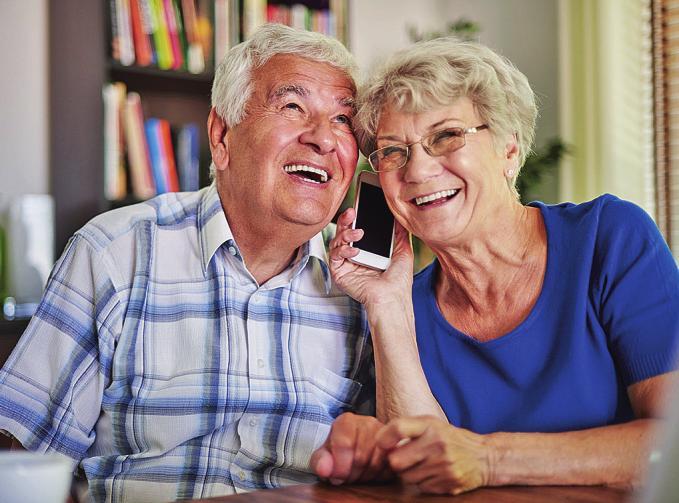 Mehr Möglichkeiten, Kontakte zu pflegen: Mit dem Smartphone bleiben Senioren am Puls der Zeit.Foto: gpointstudio/stock.adobe.com/Emporia/akz-o