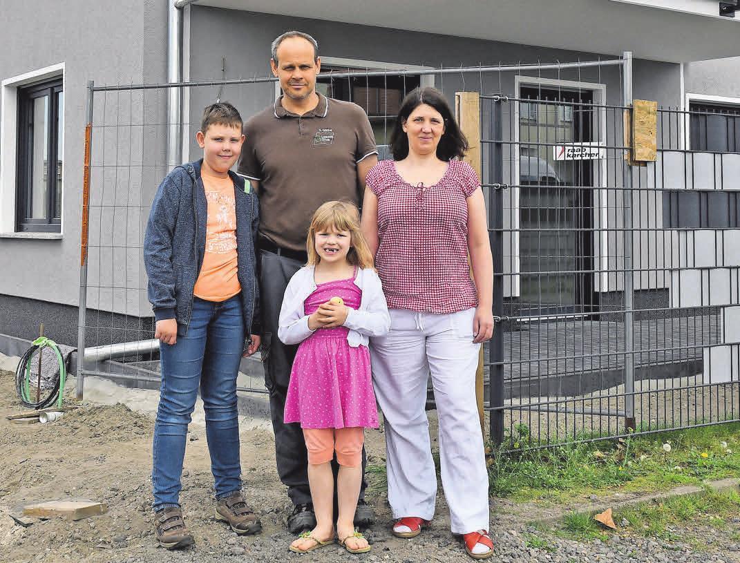 Sven und Melanie Göthe mit ihren Kindern Philipp (10) und Leonie (6) vor dem fast fertiggestellten Gebäude.