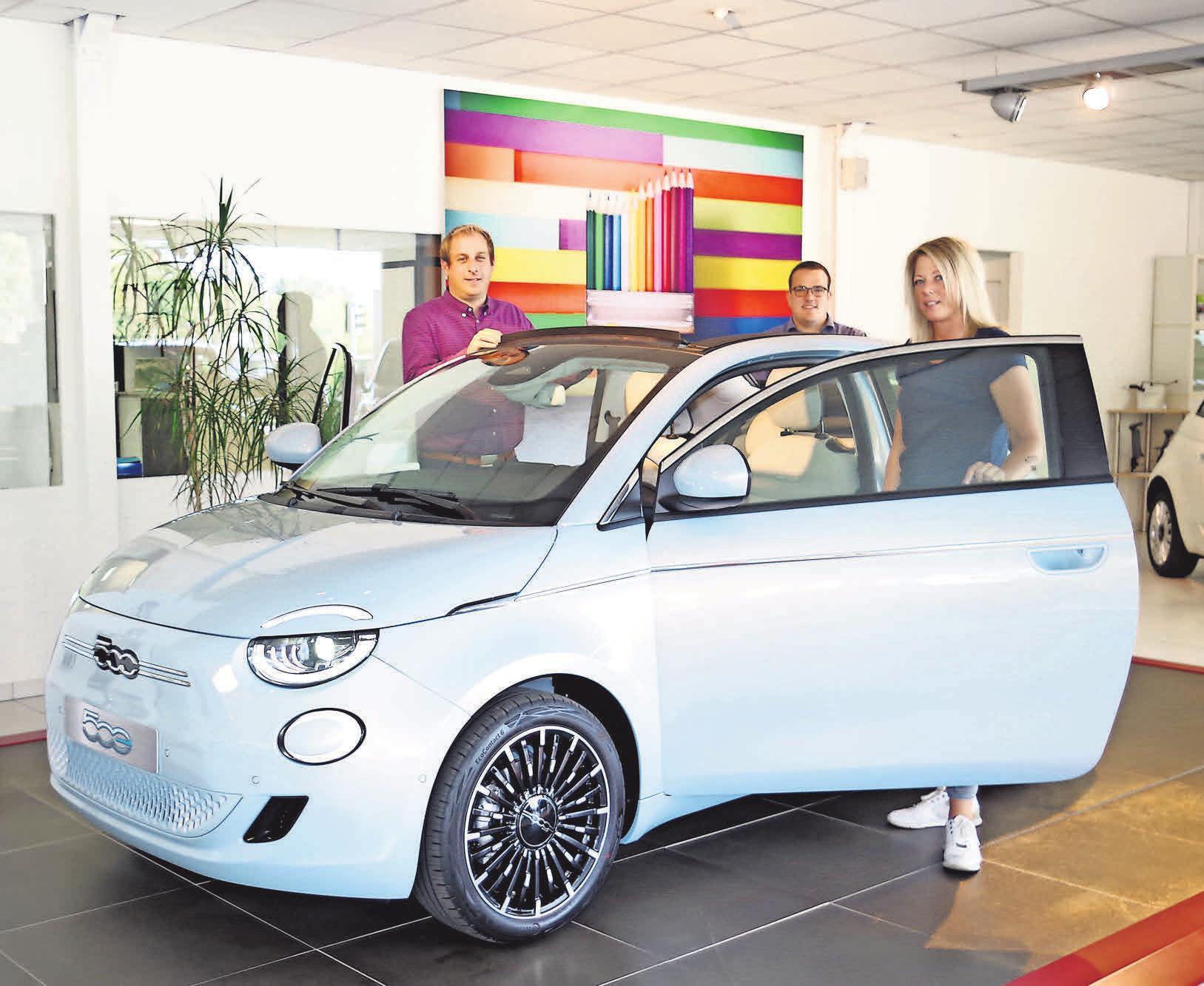 Die Sellmann-Mitarbeiter Gordon Schwarz (von links), Niels Poelmeyer und Yvonne Franek freuen sich über den neuen Fiat 500er BEV.
