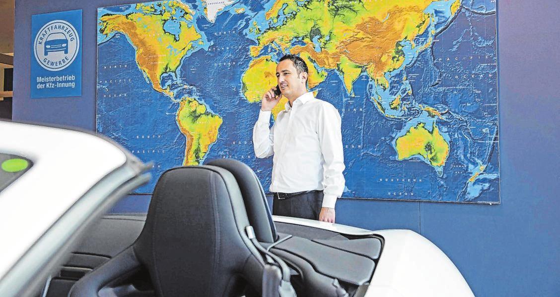 """""""Was mit Autos machen"""": Die Kfz-Branche bietet auch im kaufmännischen Bereich vielseitige Berufsmöglichkeiten, zum Beispiel in Administration, Verkauf und Beratung."""