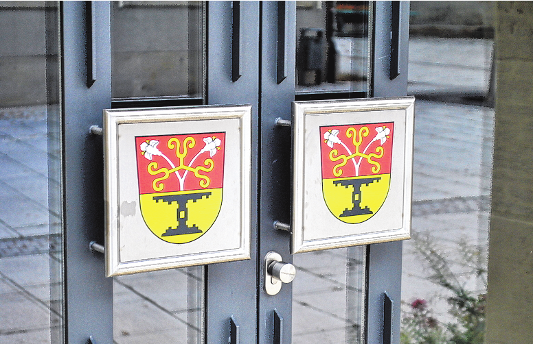 An den Glastüren bilden die Gemeindewappen einen farbenfrohen Kontrast.