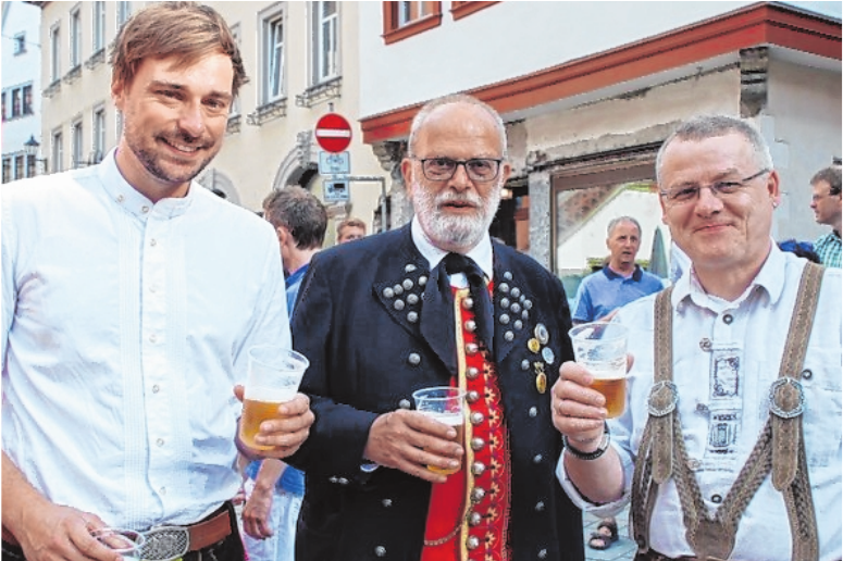 Das Festbier ist heuer besonders süffig, auch Paul Mohr vom Trachtenverein (Mitte) ist begeistert. Rechts Braumeister Otto Resch, links Jacob Pritzl, Juniorchef der Kauzen-Bräu.