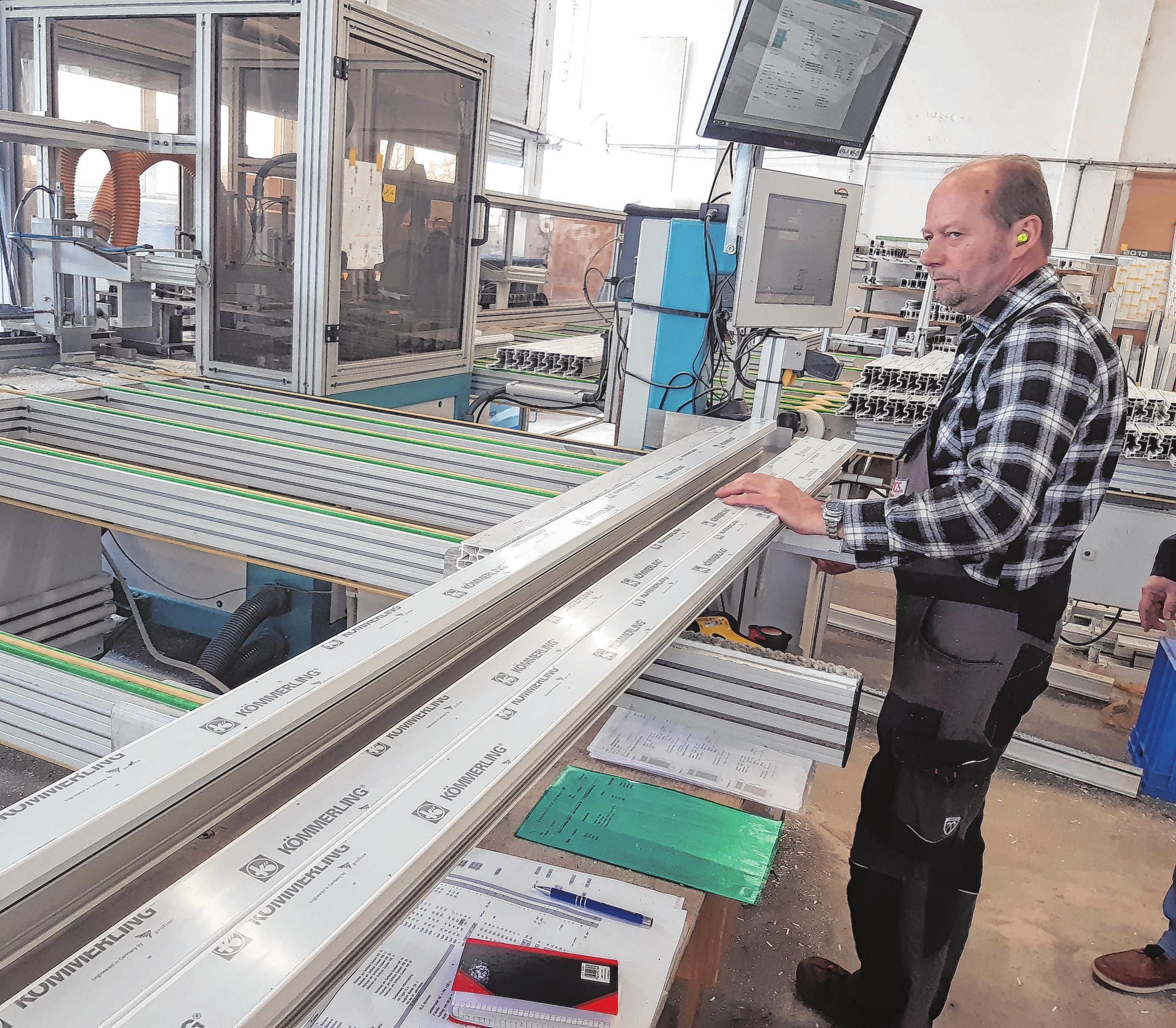 Zu den alten Hasen in der Neuhardenberger Firma zählt Frank Lenz, hier beim Zuschnitt von Profilen. Seit 25 Jahren ist er dabei.