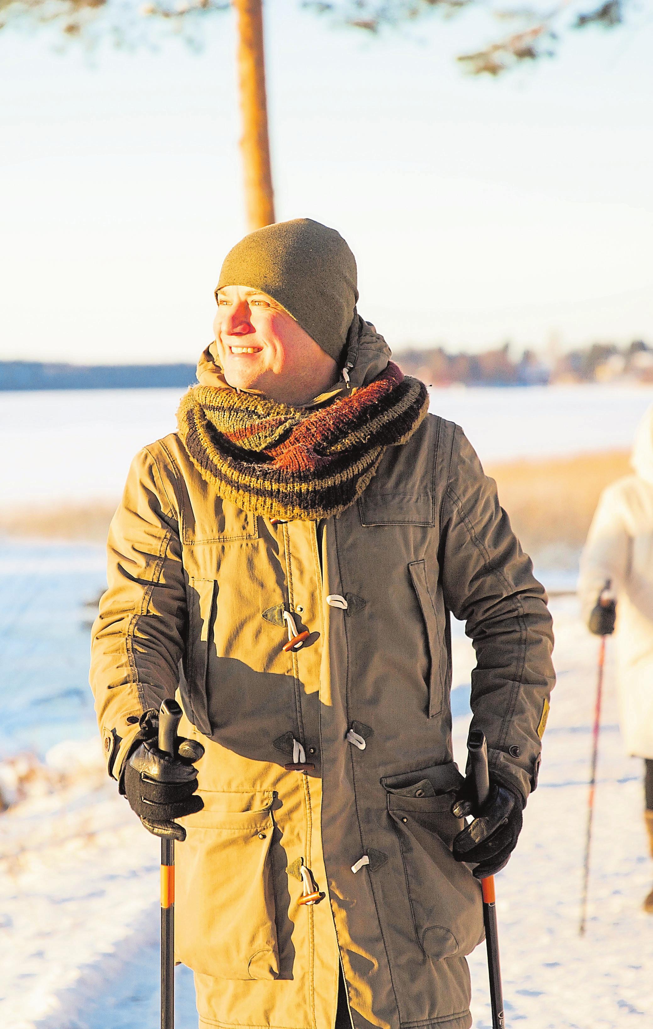 Im Winter sollten Senioren sich immer gut warmhalten. Wanderstöcke können die Sturzgefahr mindern.