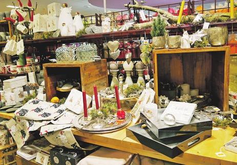 In Knolles Markt findet man in der Adbentszeit auch schöne Weihnachtsdekorationen und Kerzen
