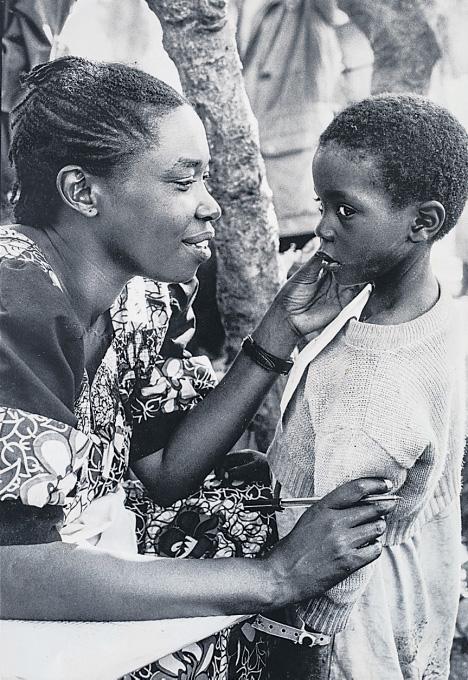 Aufnahme von 1996. Kinder wie Fils, die während des Völkermordes ihre Eltern verloren hatten, wurden von Save the Children betreut und in Pflegefamilien vermittelt.