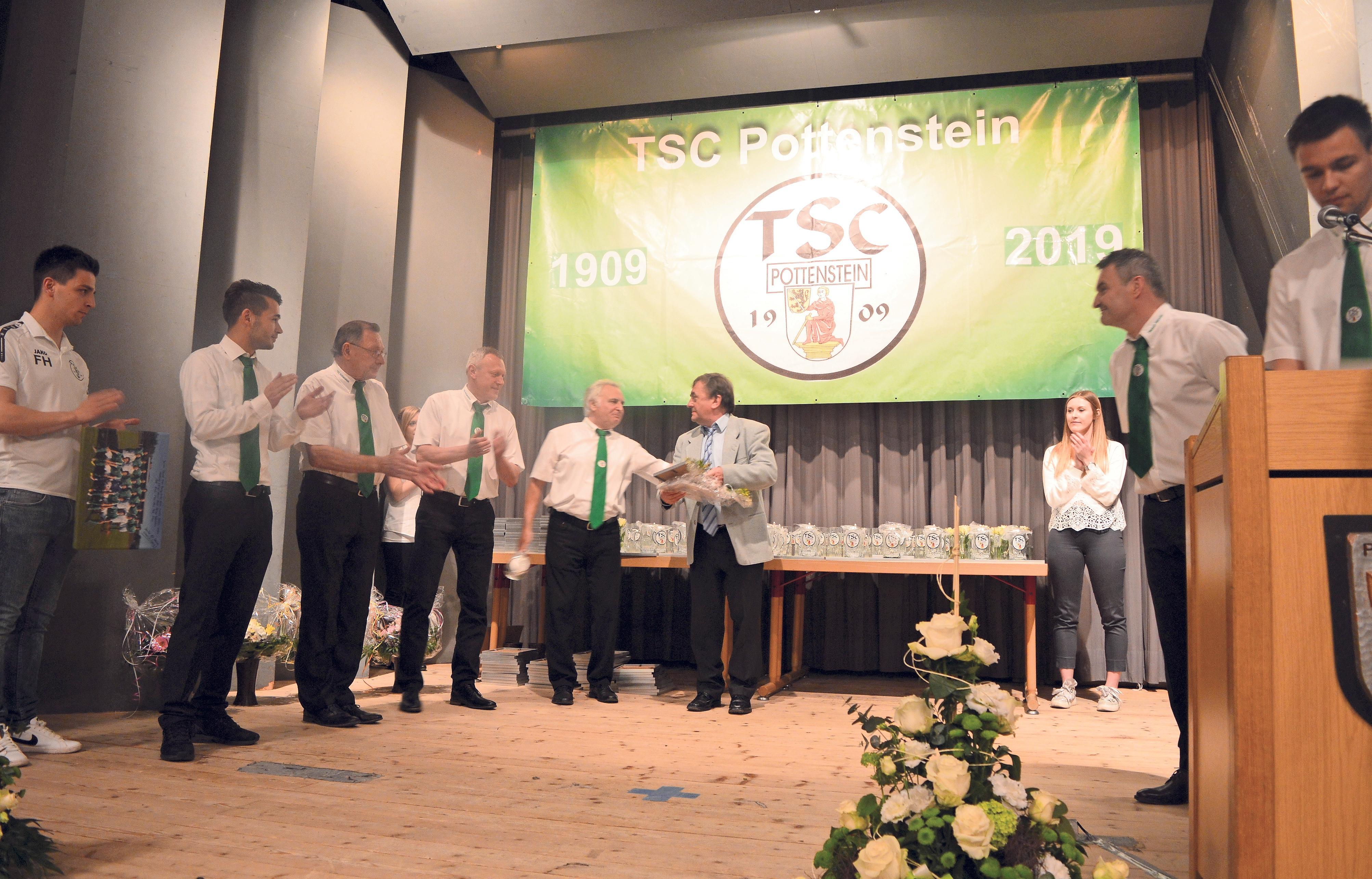 Die TSC-Vorstandschaft ehrte im Rahmen des Festkommers' im Frühjahr das langjährige Mitglied Heinz Pospischil, eine tragende Säule des Vereins. Pospischil ist seit seinem 17. Lebensjahr Schriftführer. Er begleitet den TSC mit Paragrafensicherheit und hat für alle Abteilungen immer ein offenes Ohr.