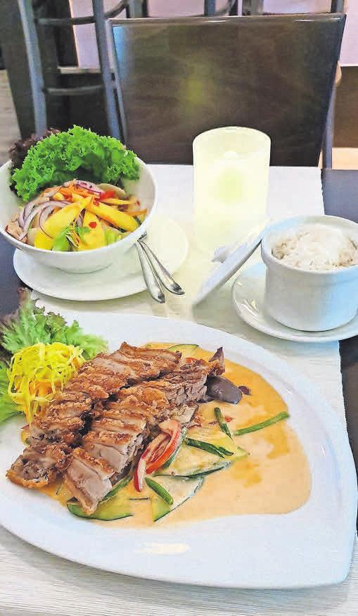 Knusprig gebratene Ente Ped Yang (R1) und ein Mango-Salat (23) lassen keine Wünsche offen.