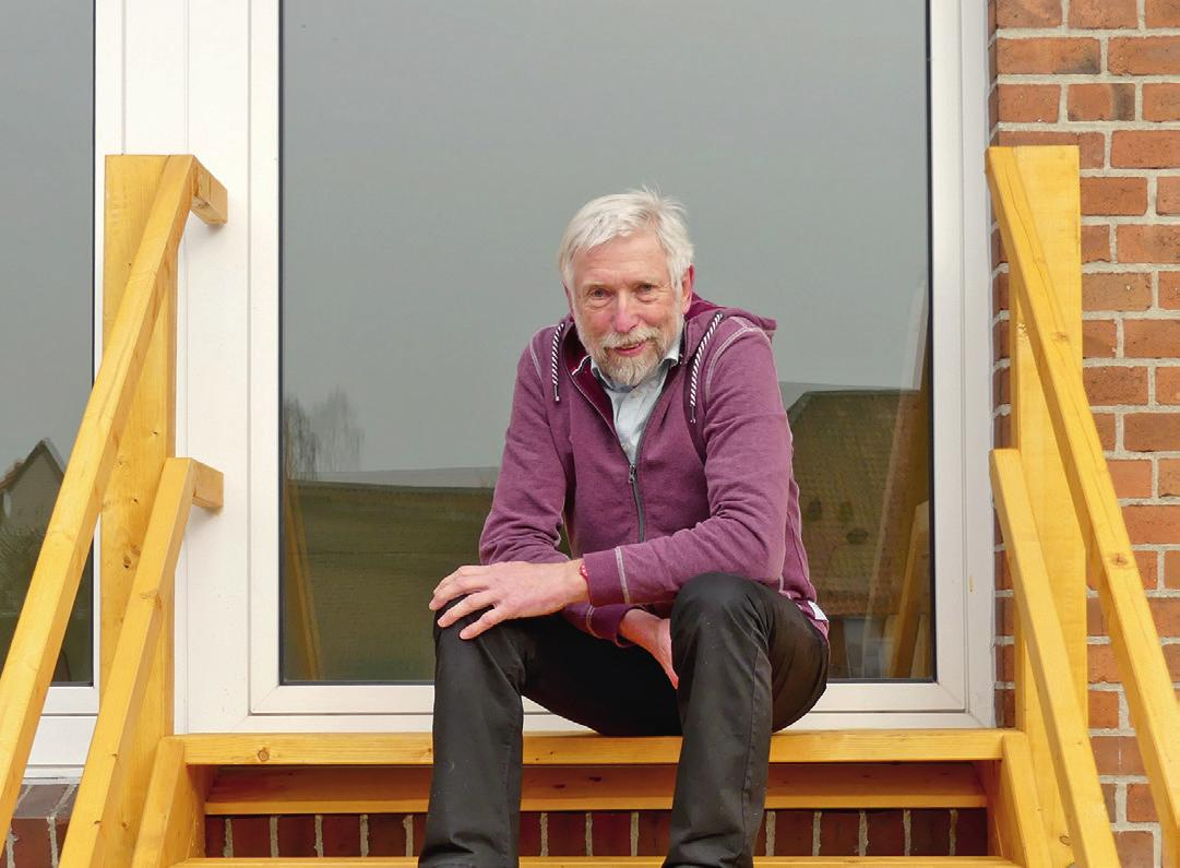 Gerald Flohr freut sich, dass die Alte Schule durch spielende Kinder wiederbelebt wird.