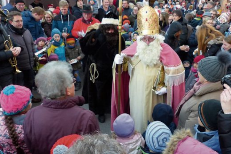 Dicht umlagert ist der Nikolaus Jahr für Jahr, wenn er mit seinem Sack voller Geschenke auf dem Hirrlinger Weihnachtsmarkt eintrifft. Archivbild: Bauknecht